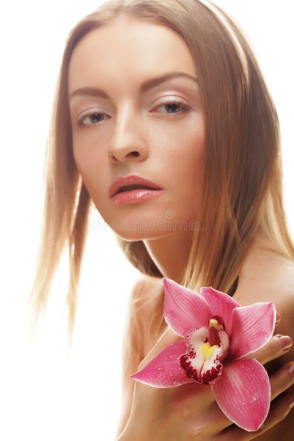 Download Bella Ragazza Con Il Fiore Dell'orchidea Immagine Stock - Immagine di fresco, nanometro: 56879027