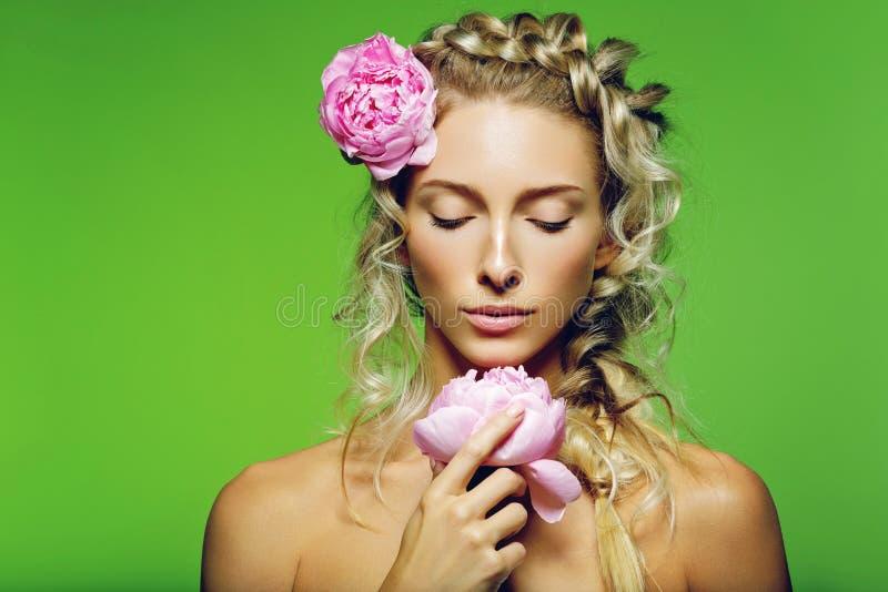 Bella ragazza con il fiore della peonia fotografie stock libere da diritti