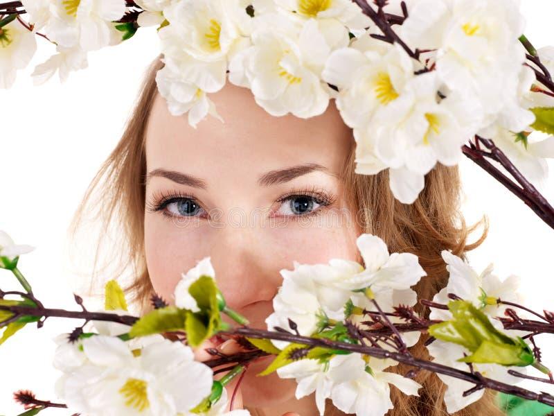 Bella ragazza con il fiore della sorgente. fotografia stock
