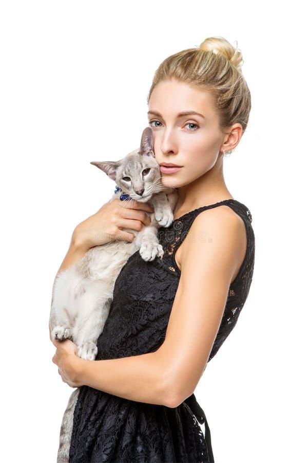 Bella ragazza con il gatto orientale del Siam immagine stock libera da diritti