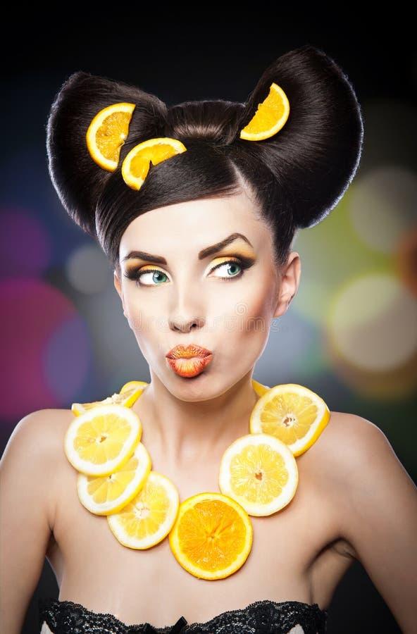 Bella ragazza con il limone delle fette come collo più di meno immagine stock libera da diritti