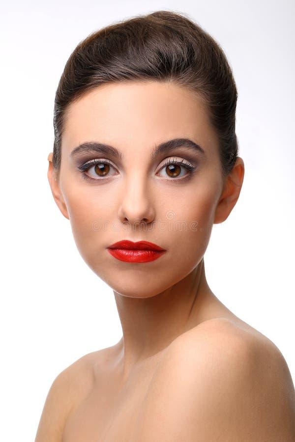 Bella ragazza con il rossetto perfetto di rosso e della pelle immagini stock libere da diritti