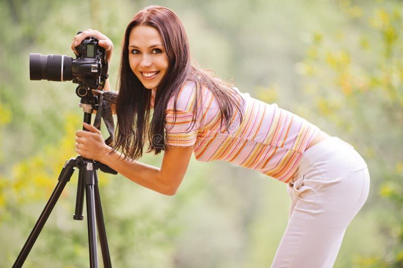 Bella ragazza con la macchina fotografica fotografie stock