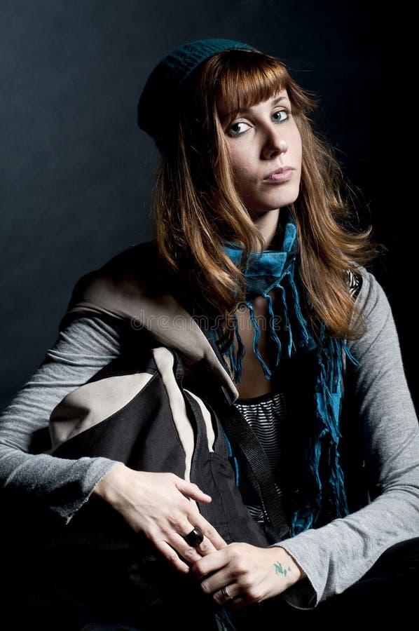 Bella ragazza con la sciarpa, il cappello ed il sacchetto fotografie stock libere da diritti