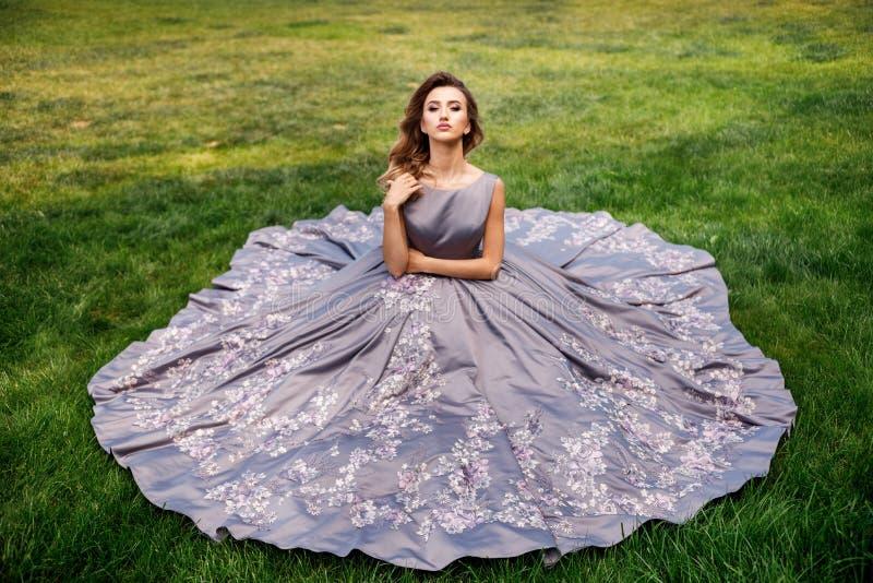 Bella ragazza con le rose Bellezza Woman Face di modello Pelle perfetta fotografia stock