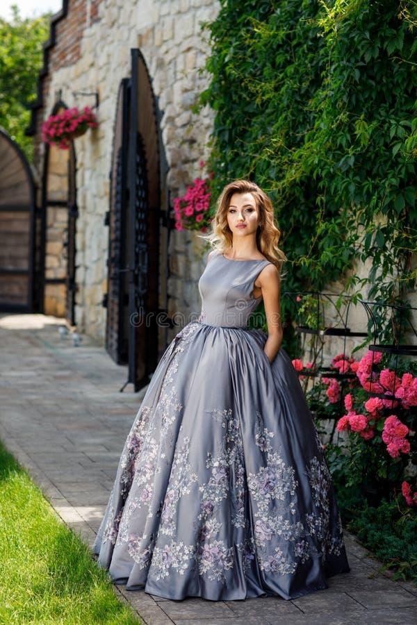 Bella ragazza con le rose Bellezza Woman Face di modello Pelle perfetta immagini stock