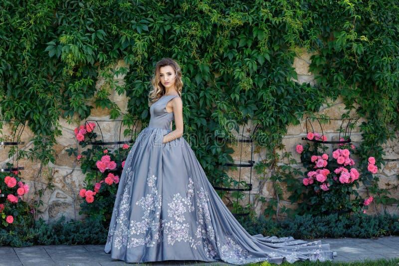 Bella ragazza con le rose Bellezza Woman Face di modello Pelle perfetta fotografie stock libere da diritti