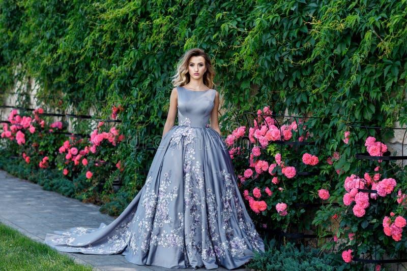 Bella ragazza con le rose Bellezza Woman Face di modello Pelle perfetta immagini stock libere da diritti