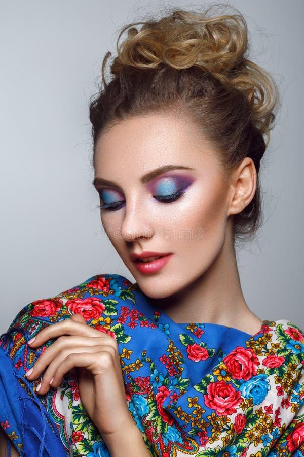 Bella ragazza con trucco luminoso in scialle russo fotografia stock