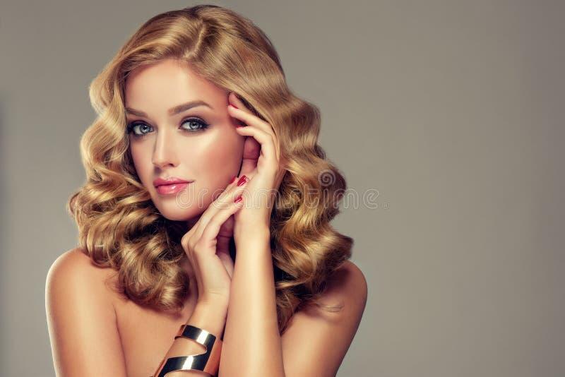 Bella ragazza con un'acconciatura elegante fotografie stock libere da diritti