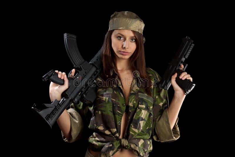 Bella ragazza con un fucile immagine stock