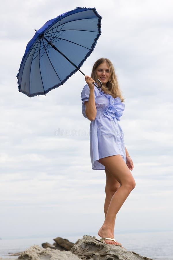 Bella ragazza con un ombrello fotografia stock libera da diritti