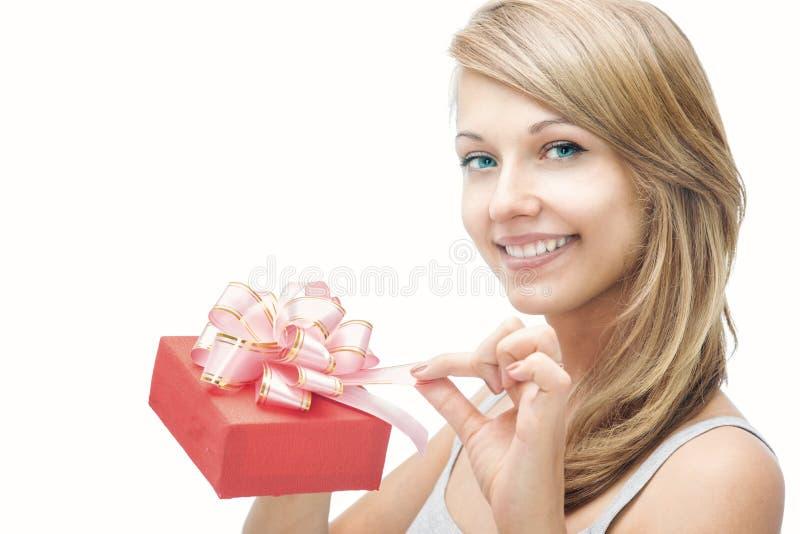 Bella ragazza con un regalo fotografia stock
