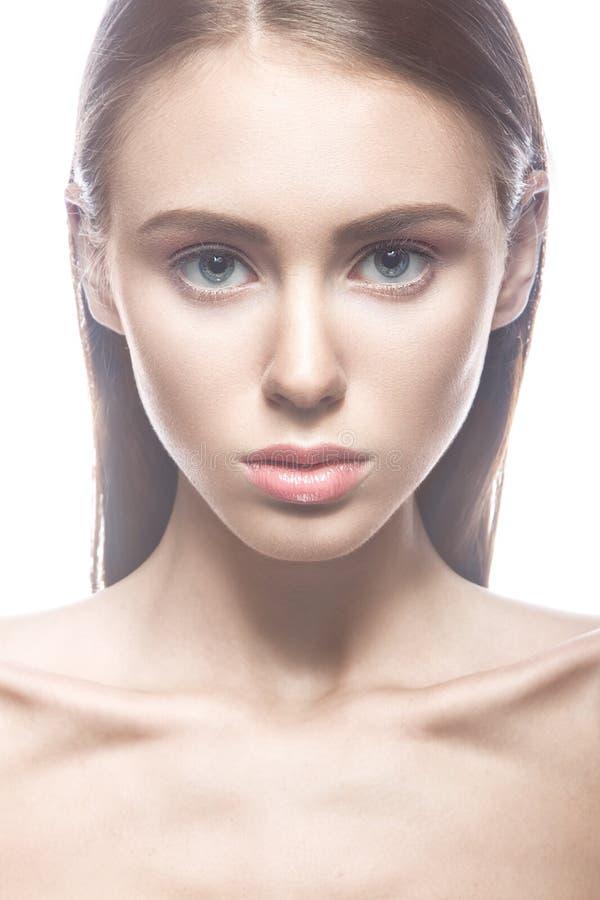Bella ragazza con un trucco ed i capelli biondi nudi leggeri Fronte di bellezza immagini stock