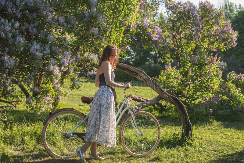 Bella ragazza con una bicicletta fotografie stock libere da diritti