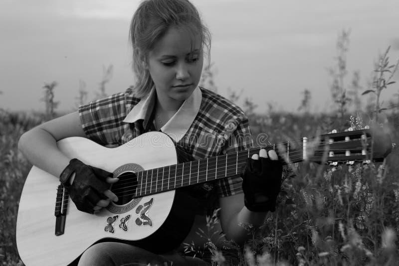 Bella ragazza con una chitarra fotografie stock