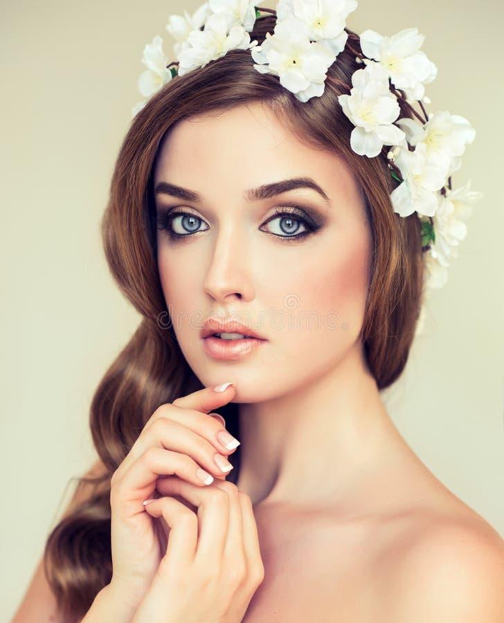 Bella ragazza con una corona dei fiori su lei capa fotografie stock