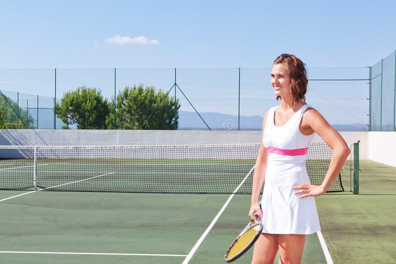 Bella ragazza con una racchetta di tennis pronta a esercitarsi. Clo fotografia stock libera da diritti
