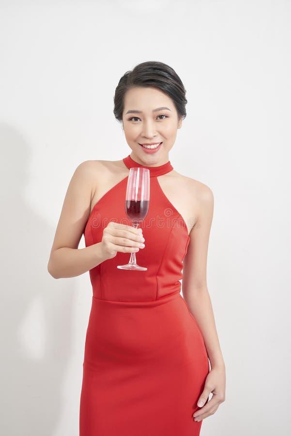 Bella ragazza con vetro di celebrazione del champagne Ritratto della giovane donna sorridente con l'acconciatura alla moda, trucc immagine stock libera da diritti