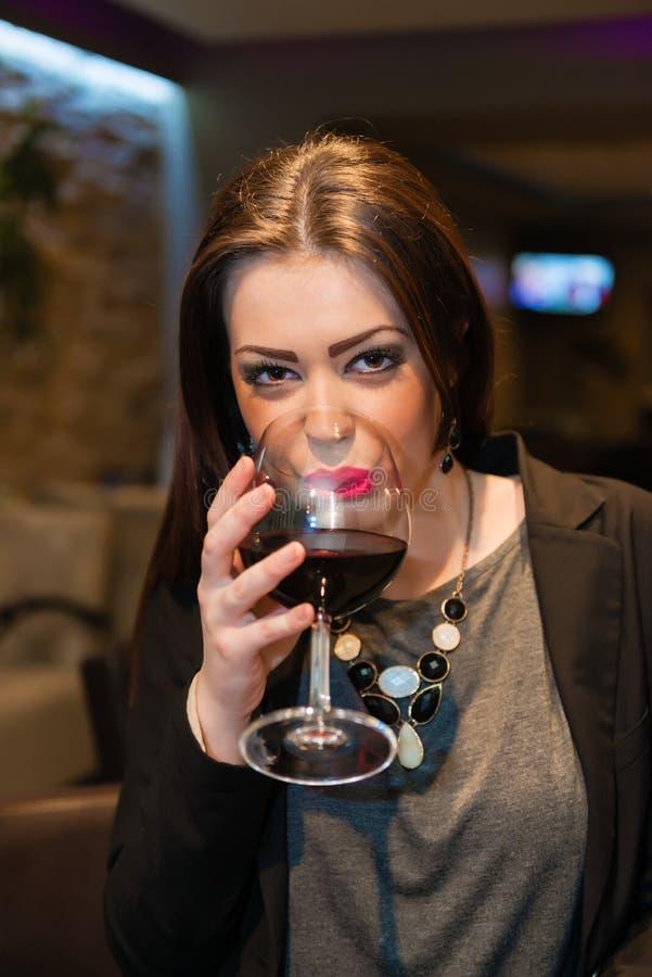 Bella ragazza con vino rosso fotografia stock libera da diritti