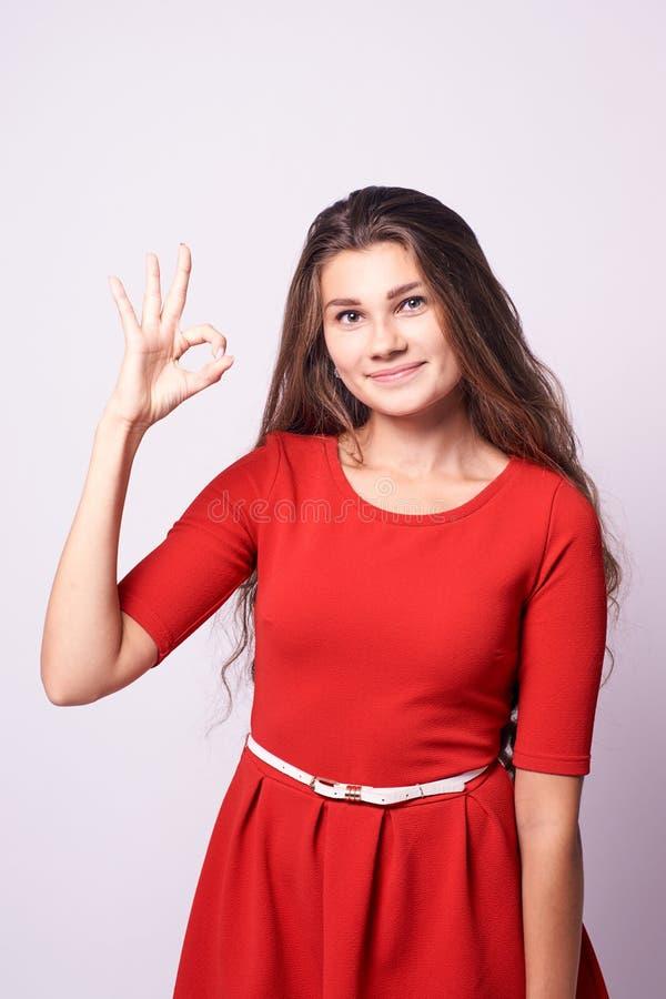 Bella ragazza Consenso di gesto Brunette del ritratto Backgr bianco fotografia stock