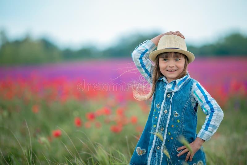 Bella ragazza in corona del papavero nel campo del papavero serie immagini stock libere da diritti