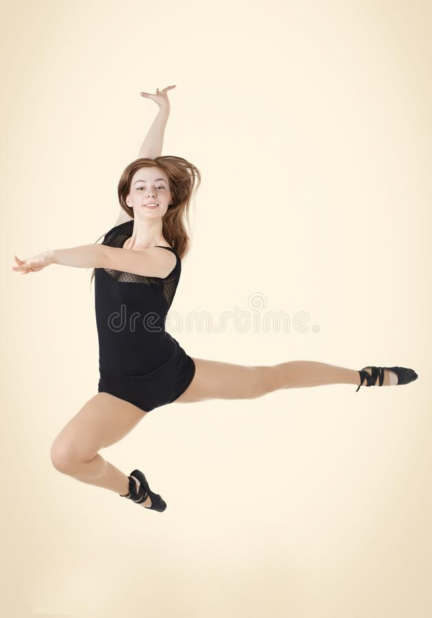Bella ragazza dai capelli rossi al momento del salto nel ballo fotografia stock