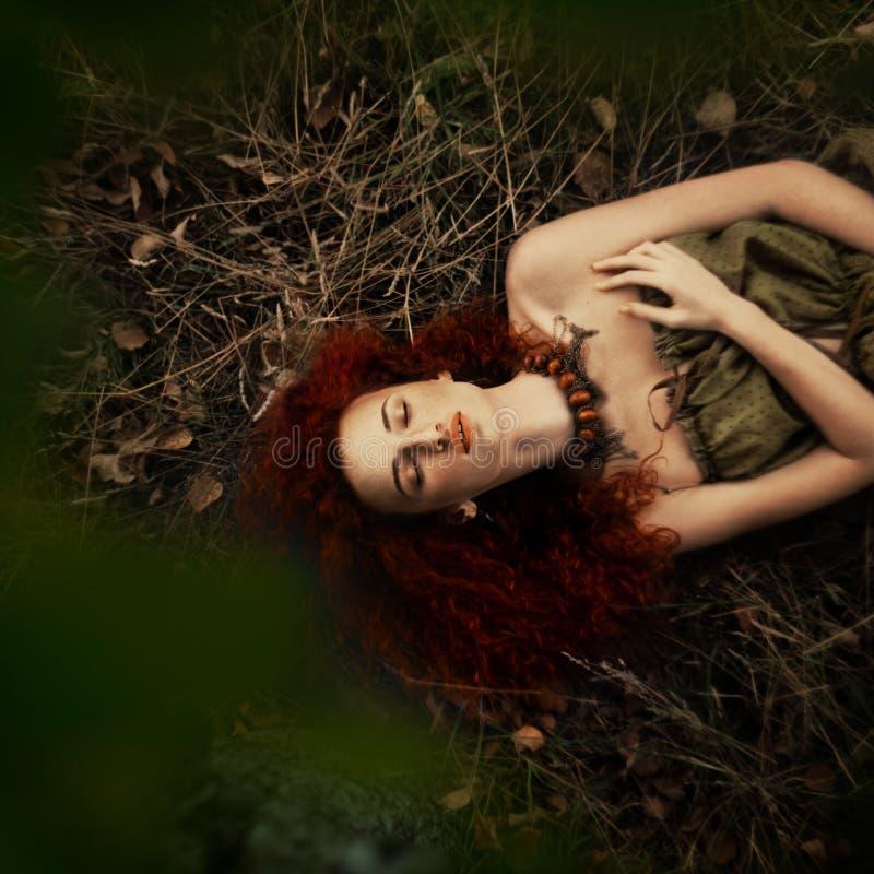 Bella ragazza dai capelli rossi nel meleto immagine stock libera da diritti