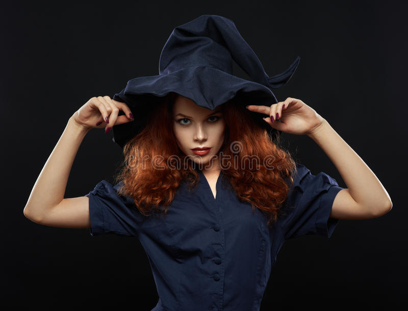 Bella ragazza dai capelli rossi in una strega del costume fotografie stock libere da diritti