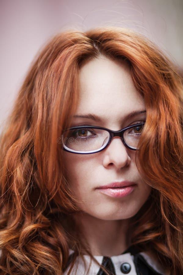 Bella ragazza dai capelli rossi in vetri immagine stock libera da diritti