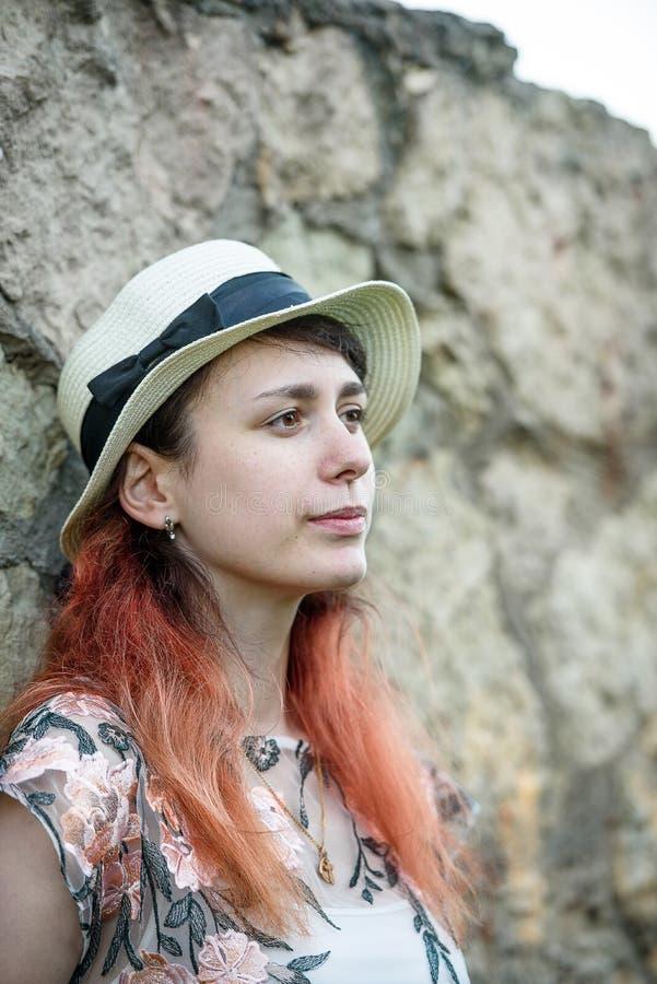 Bella ragazza dal vecchio concetto delle pareti- della pietra dello stile di vita fotografia stock libera da diritti