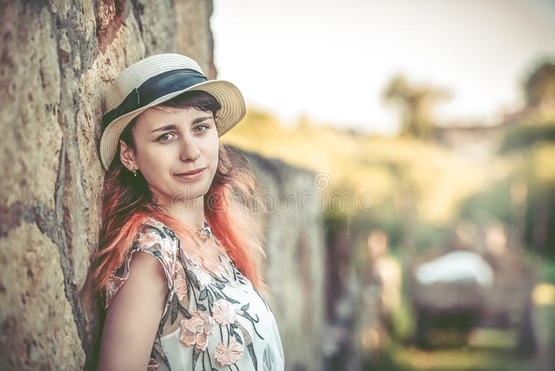 Bella ragazza dal vecchio concetto delle pareti- della pietra dello stile di vita fotografie stock libere da diritti