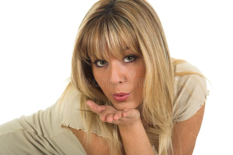 Bella ragazza degli occhi verdi che invia i baci dalla mano fotografia stock
