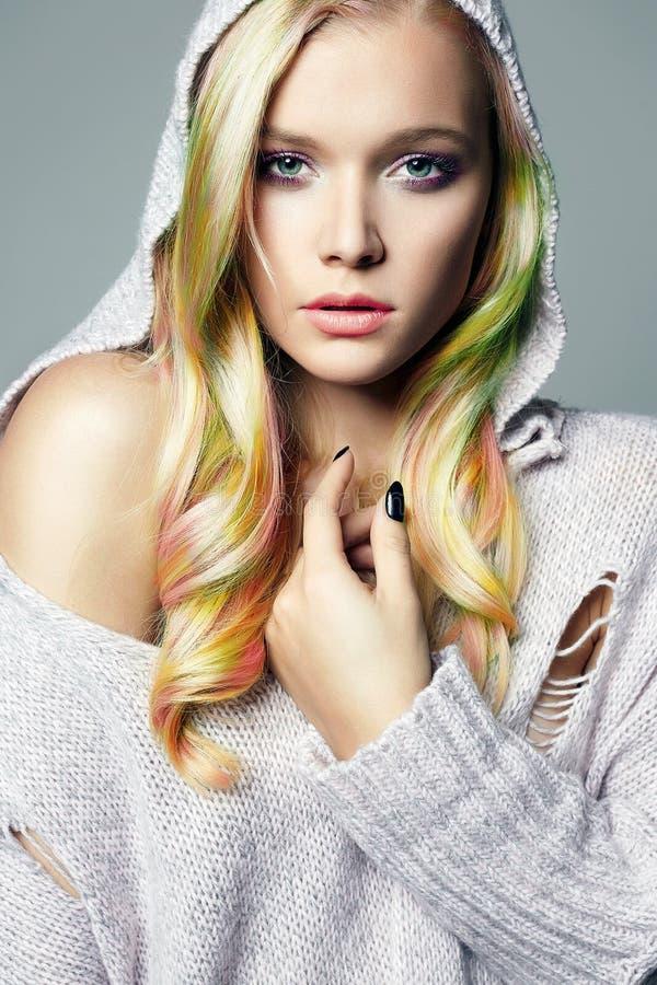 Bella ragazza dei capelli variopinti in cappuccio fotografia stock libera da diritti