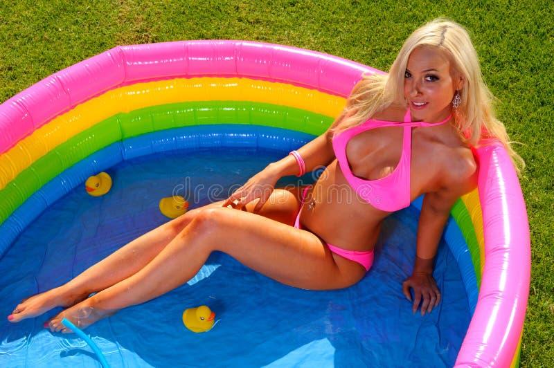 Bella ragazza del bikini di divertimento immagini stock libere da diritti