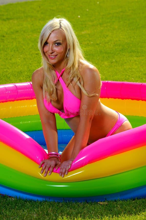 Bella ragazza del bikini di divertimento fotografie stock