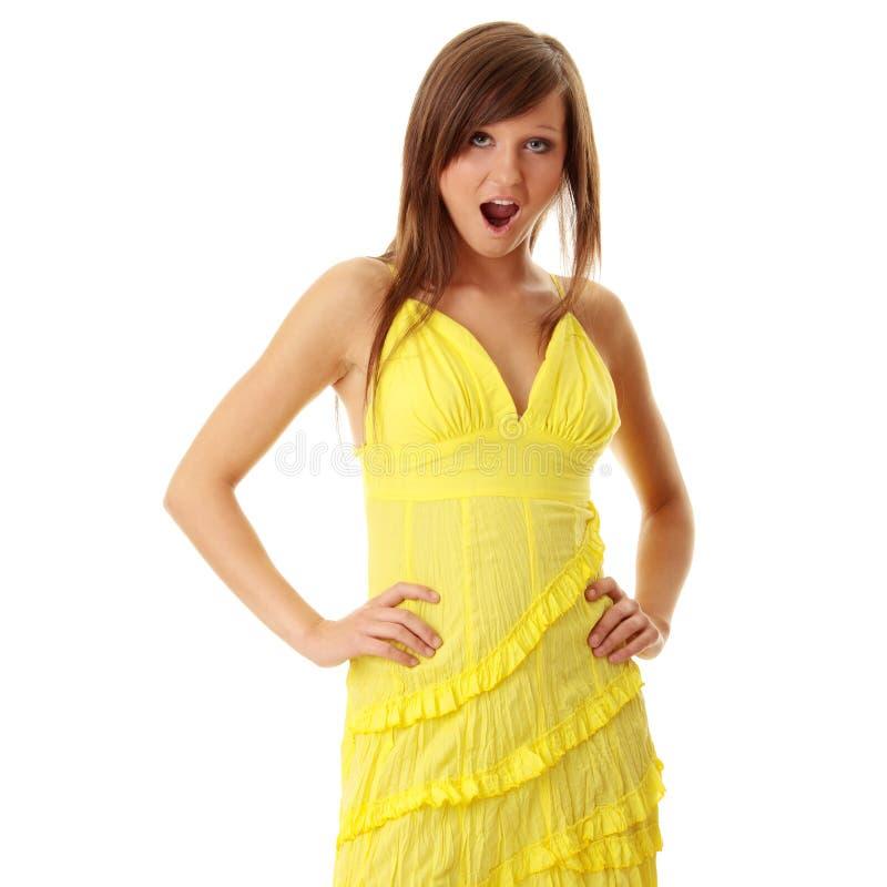 Bella ragazza del brunette in vestito giallo. immagine stock