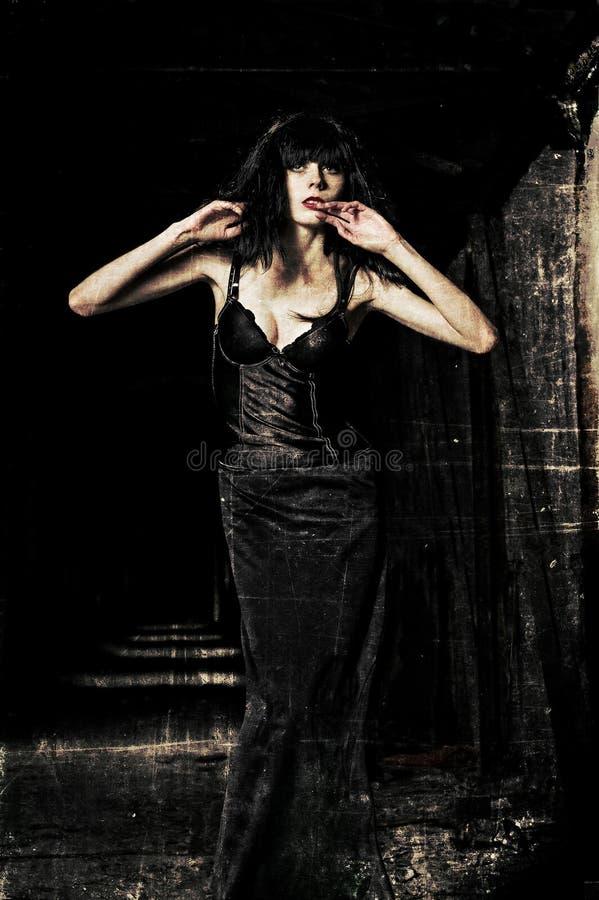 Bella ragazza del goth fra il buio Effetto di struttura di lerciume fotografia stock libera da diritti