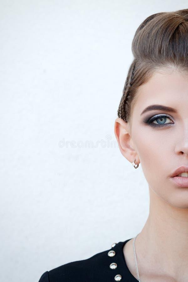 Bella ragazza del mezzo fronte con trucco con gli occhi azzurri ed il sorriso, immagini stock