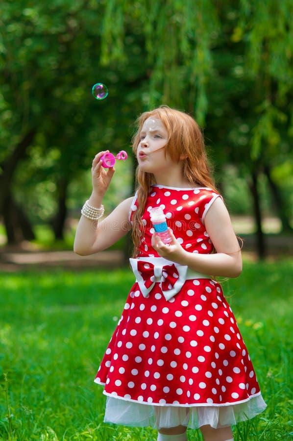 Bella ragazza del vestito con le bolle di sapone immagine stock libera da diritti