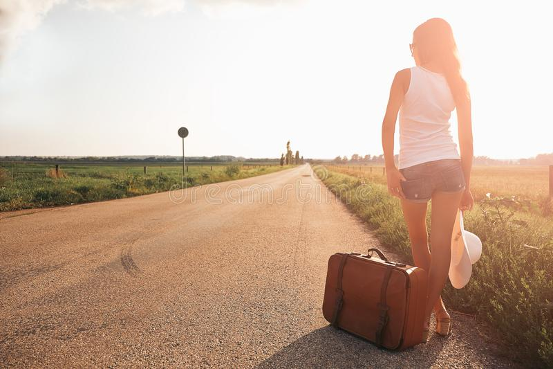 Bella ragazza del viaggiatore fotografia stock