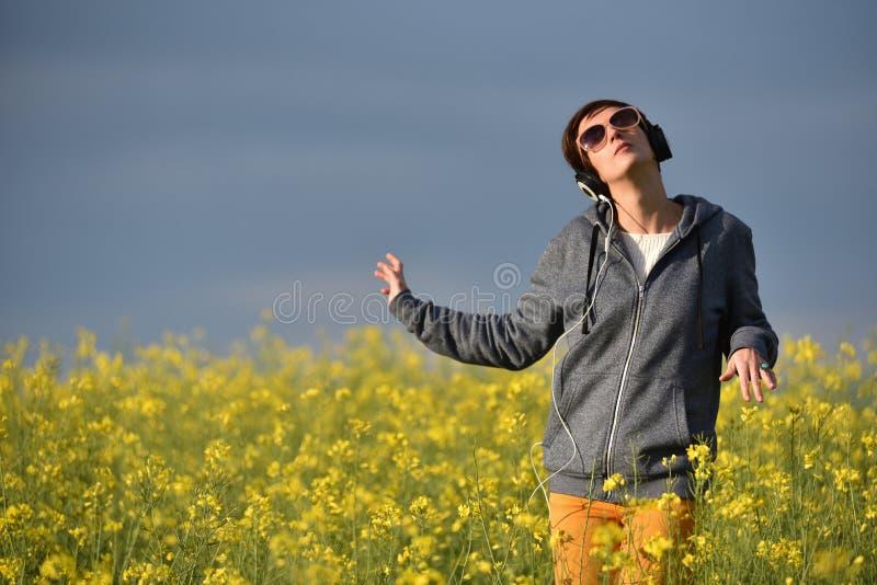 Bella ragazza della donna che ascolta la musica in cuffia fotografia stock