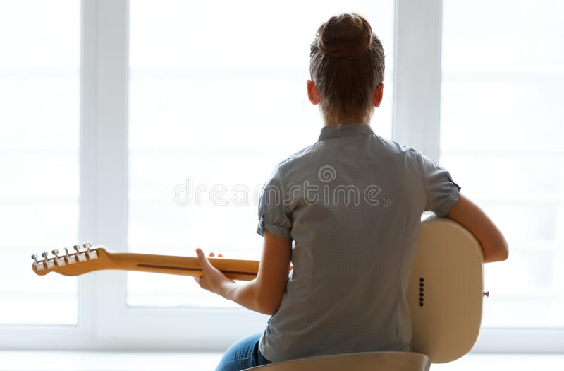 Bella ragazza della siluetta con la chitarra immagine stock libera da diritti