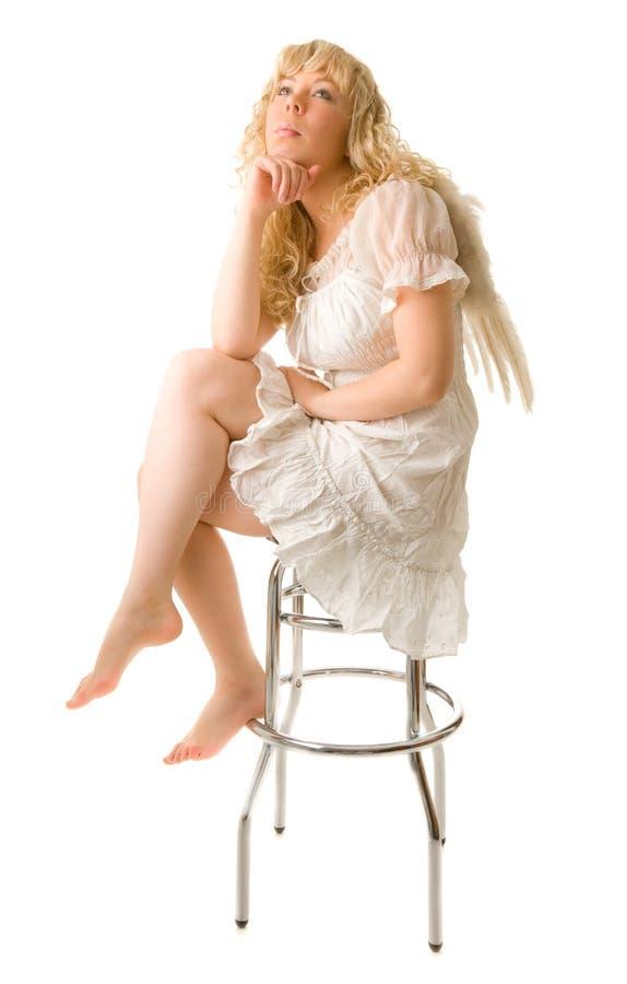 Bella ragazza di angelo che si siede sul barchair fotografie stock