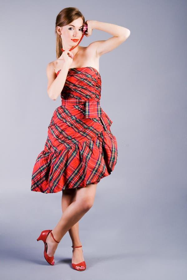 Bella ragazza di fascino in vestito rosso fotografie stock libere da diritti