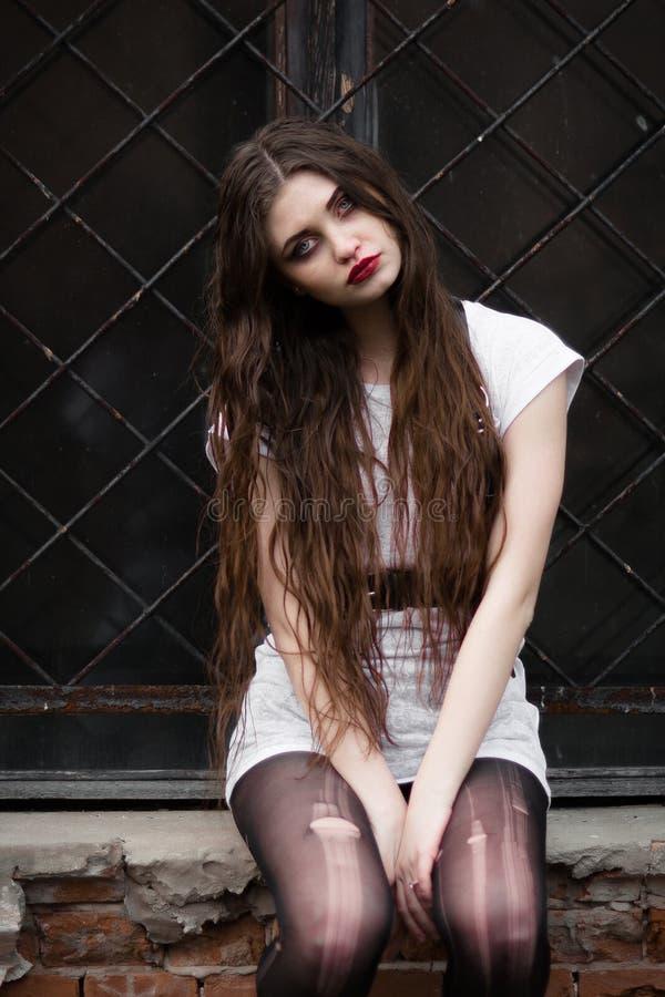 Bella ragazza di Goth Donna di orrore Tema spaventoso di Halloween e della ragazza: ritratto di una ragazza pazza con un fronte s immagini stock libere da diritti