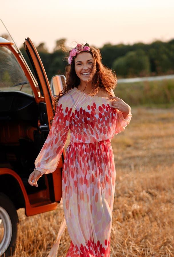 Bella ragazza di hippy vicino al furgone immagini stock