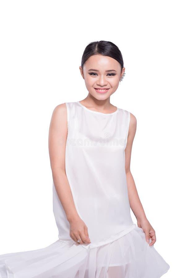 Bella ragazza di modello asiatica espressiva in vestito bianco da progettazione Iso immagini stock