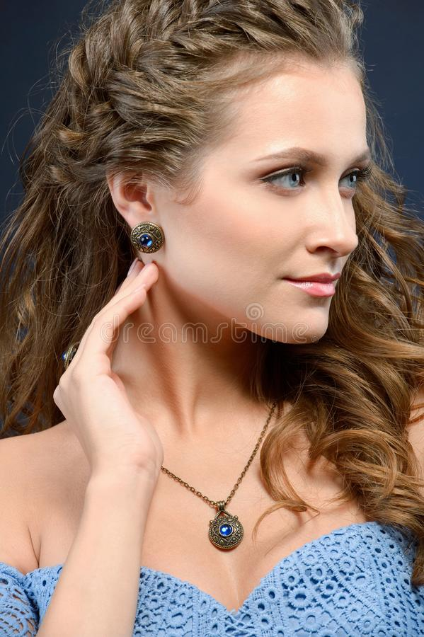 Bella ragazza di modello castana con capelli ricci e gioielli lunghi e fotografie stock