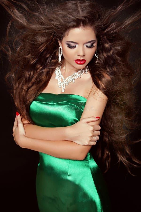 Bella ragazza di modo con i capelli ricci lunghi in vestito elegante po fotografie stock libere da diritti